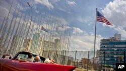 지난 3월 쿠바 아바나의 미국 대사관에 앞에 성조기가 쿠바 국기와 나란히 휘날리고 있다. 도널드 트럼프 미국 대통령당선인은바락오바마대통령이쿠바와의관계를정상화한것을번복할것이라고공약한바있다.
