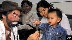 职业小丑克里斯腾森前往医院看望患病儿童
