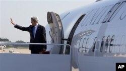 21일 미국 존 케리 국무장관이 카타르에서 열리는 '시리아의 친구들' 회의에 참석하기 위해, 메릴랜드 앤드루스 공군 기지에서 비행기에 오르고 있다.