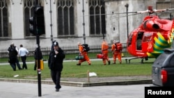 Une ambulance aérienne atterrit au Parlement britannique, à Londres, le 22 mars 2017.