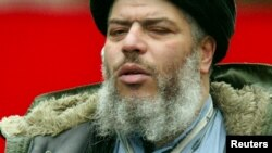 - FILE PHOTO TAKEN 19MAR04 - A file photograph dated March 19, 2004 shows Muslim cleric Sheikh Abu Hamza al-Masri