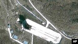 북한 광명성 3호 발사 장소로 예상되는 평안북도 동창리 로켓 발사대 위성사진
