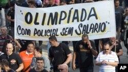La policía de Río de Janeiro, Brasil, protesta por la falta de pago de salarios.