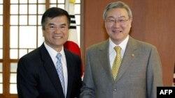 Bộ trưởng Thương mại Hoa Kỳ Gary Locke (trái) và Ngoại trưởng Nam Triều Tiên Kim Sung-hwan