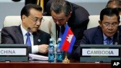 Thủ tướng Trung Quốc Lý Khắc Cường (trái) đang trao đổi với Ngoại trưởng Vương Nghị (giữa) tại Mông Cổ hôm 15/7.