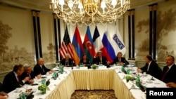 세르게이 라브로프(왼쪽) 러시아 외무장관, 세르즈 사르키시안(왼쪽 두번째) 아르메니아 대통령, 존 케리(가운데) 미국 국무장관, 일함 알리예프 아제르바이잔 대통령(오른쪽)이 16일(현지시간) 오스트리아 빈에서 다자간 회담을 진행하고 있다.