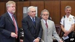 Mkuu wa zamani wa IMF Dominique Strauss-Kahn na mawakili wake kwenye mahakama moja ya New York.
