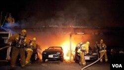 Pemadam kebakaran Los Angeles mencoba memadamkan api di daerah Sherman Oaks, Los Angeles (2/1).