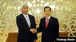 아시아안보회의(샹그릴라 대화)에 참석하고 있는 한민구 국방부 장관이 30일 싱가포르에서 나카타니 겐 일본 방위상과 한일 국방장관 회담에 앞서 악수하고 있다.