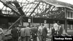 1983년 10월 15일 폭탄 테러로 인해 지붕이 무너져 내린 버마 아웅산 국립묘지를 조사하는 관계자들.