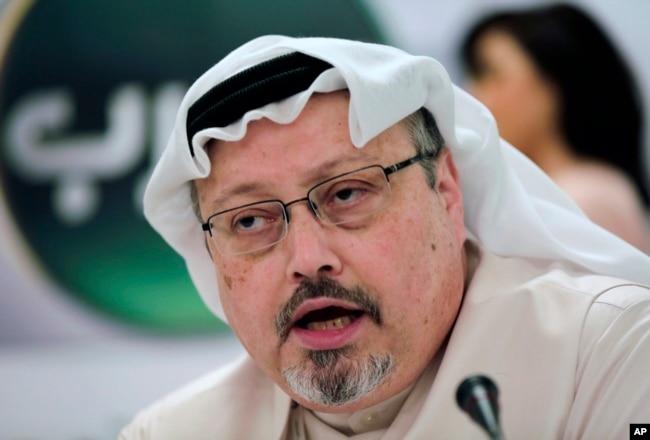 Periodista saudí Jamal Khashoggi, en foto de archivo durante conferencia de prensa en Manama, Bahrein, el 1 de febrero de 2015.