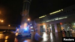 آمبولانس در محوطه بیرونی ساختمان فرودگاه کازان، ۱۷ نوامبر ۲۰۱۳