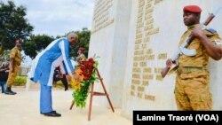Le Président Kaboré rendant hommage au monument des martyrs aux victimes du coup d'Etat de 2015, Ouagadougou le 17 septembre 2020 (VOA/Lamine Traoré)