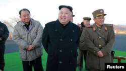 북한 김정은 국무위원장(가운데)이 지난 6일 탄도미사일 시험발사를 직접 참관했다고, 관영 조선중앙통신이 보도했다.