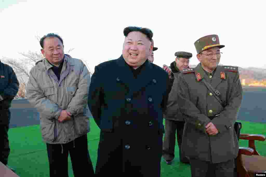 김정은 국무위원장(가운데)이 김략겸 전략군사령관(오른쪽) 등과 탄도미사일 발사훈련을 참관했다.
