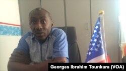 """Aka Yannick de """"Immigrus"""" tente de rassurer les postulants à la Green Card après les menaces de Donald Trump de mettre fin à cette loterie, à Abidjan, le 12 novembre 2017. (VOA/ Georges Ibrahim Tounkara)"""