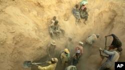 Miners dig for diamonds in Marange, Zimbabwe (file photo)