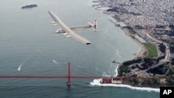 Pesawat Solar Impulse 2 terbang melewati Jembatan Golden Gate di San Fransisko, Sabtu 23 April 2016.