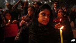 جنسی زیادتی کا نشانہ بننے والی طالبہ کی صحت یابی کے لیے نئی دہلی میں موم بتیاں روشن کی گئیں۔ 26 دسمبر 2012