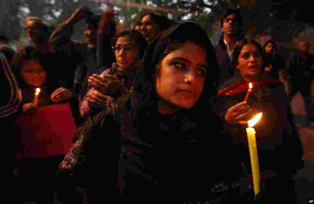 Warga berpartisipasi dalam doa bersama untuk kesembuhan korban pemerkosaan brutal dalam bus di New Delhi (26/12). (AP/Saurabh Das)