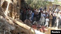 تباہ شدہ مدرسے کے قریب مقامی لوگ جمع ہیں