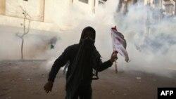 Lực lượng an ninh Ai Cập bắn hơi cay trong khi đụng độ với người biểu tình ở Quảng trường Tahrir, Cairo, ngày 4 tháng 2, 2012