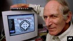 Seorang profesor dari Emerson College Boston menunjukkan salah satu situs internet yang diidentifikasikan sebagai situs penebar kebencian (foto:dok).