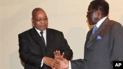 南非总统雅各布·祖马010年3月18日在哈拉雷与穆加贝总统(右)握手(资料照片)