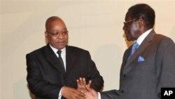 Presiden Afrika Selatan, Jacob Zuma saat bertemu Presiden Zimbabwe Robert Mugabe, di Harare (foto; dok). Mugabe kembali terpilih sebagai Presiden Zimbabwe.