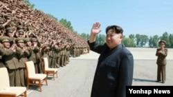 북한이 인민군 대남·해외 공작업무 종사자들을 모아 독려하는 '정찰일꾼대회'를 처음으로 개최해 김정은 국방위원회 제1위원장이 참가자들과 기념사진을 찍었다고 노동신문이 18일 보도했다. 김정은 제1위원장이 박수 치는 참가자들에게 손을 흔들고 있다.