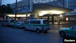 Des véhicules de la police allemande sont garés devant un centre commercial à Munich, Allemagne, le 22 juillet 2016.