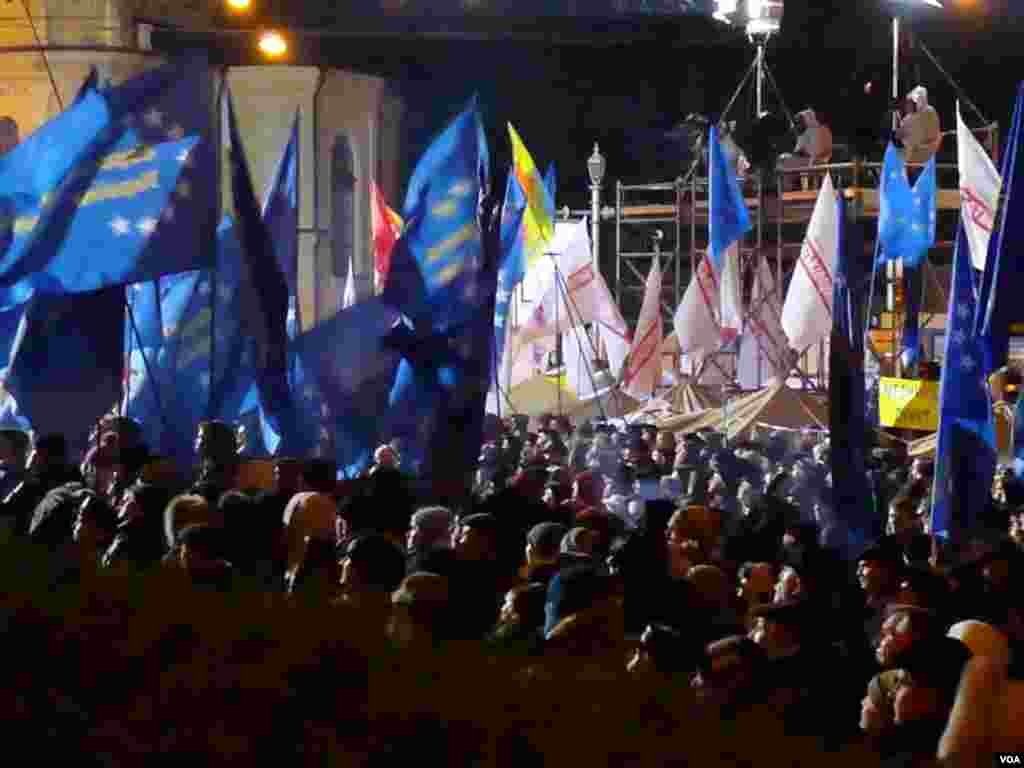 The blue and gold flag of the European Union replaced the Orange flags of 2004 in protests in Kyiv, Nov. 26, 2013. (Henry Ridgwell/for VOA)