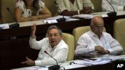 El presidente cubano Raúl Castro se dirige a la Asamblea Nacional en La Habana, el lunes 23 de julio de 2012. A su derecha aparece el vicepresidente José Ramón Machado.