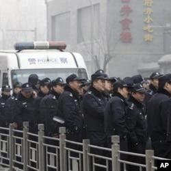 """北京的警察严阵以待,戒备在一家麦当劳附近,应对准备参加""""茉莉花革命""""的示威者"""