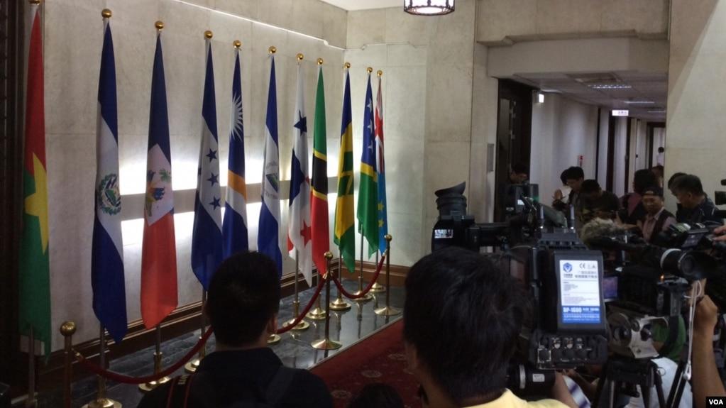 媒體在台灣外交部等候巴拿馬國旗(右起第五面)被移走(美國之音申華拍攝)