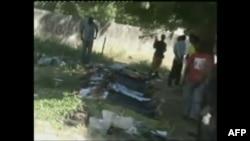 Thi hài những người bị thiệt mạng ở Damatura, Nigeria, nằm trên mặt đất sau các vụ tấn công có phối hợp giết chết ít nhất 69 người