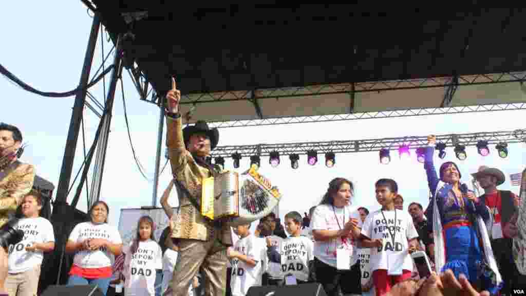 """""""Sí se puede"""" fue el mensaje que los Tigres del Norte transmitieron al público en referencia a la aprobación de una reforma inmigratoria integral con camino a la ciudadanía."""