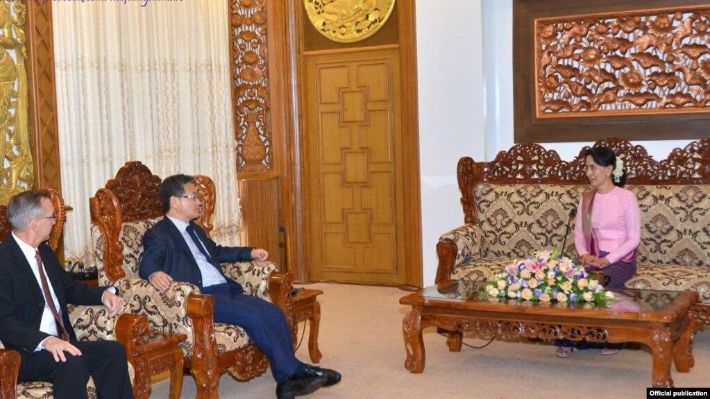 Đặc sứ Mỹ về Bắc Triều Tiên Joseph Yun gặp bà Aung san suu kyi.