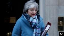 테레사 메이 영국 총리가 30일 런던 의회에 참석하기 위해 총리 관저를 나서고 있다.