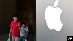顾客走出位于北京的一家苹果商店。(2017年7月30日)