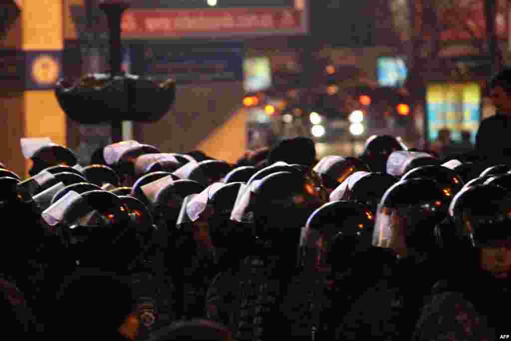 Плотные кордоны милиционеров стерегли покой на Площади независимости