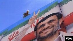 Poster Presiden Iran Mahmoud Ahmadinejad terpasang untuk menyambut kedatangannya di Beirut.