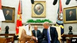 Tổng thống Donald Trump bắt tay Tiểu vương Kuwait Sheikh Sabah Al Ahmad Al Sabah tại Phòng Bầu dục Tòa Bạch Ốc ngày 5/9/2018.