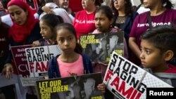 Niños en una protesta frente a una corte en Los Ángeles, el 26 de junio del 2018
