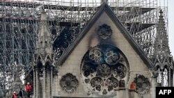 La cathédrale Notre-Dame de Paris dévstée