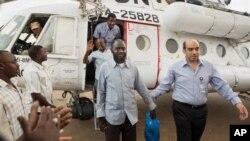 3 nhân viên cứu trợ nhân đạo xuống máy bay trực thăng ở El Fasher, Bắc Darfur, Sudan. Ba người này được trả tự do sau hơn một tháng bị một nhóm võ trang bắt cóc và cầm giữ ở Bắc Dafur