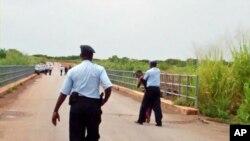 Polícia de Malanje detendo imigrante ilegal
