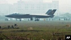 យន្តហោះនេះត្រូវបានរាយការណ៍មកថាជាយន្តហោះចម្បាំងថ្មីរបស់ចិនប្រភេទ stealth fighter ដែលគេឃើញនៅក្រុង Chengdu ខេត្ត Sichuan ក្នុងរូបថតដេលថតនៅថ្ងៃទី៧ខែមករាឆ្នាំ២០១១ និងចេញផ្សាយដោយទីភ្នាក់ងារព័ត៌មាន Kyodo នៅថ្ងៃទី៨មករា។ ស្ថាប