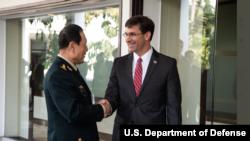 美國國防部長埃斯珀與中國防長魏鳳和2019年11月18日在曼谷會晤(美國國防部照片)