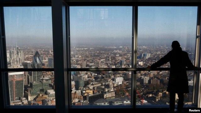 Distrik keuangan London dilihat dari galeri The View di Shard, gedung tertinggi di Eropa Barat. (Reuters/Luke Macgregor)